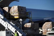 La demande mondiale de transport aérien de fret a augmenté de 8,4% en février, sa croissance s'accélérant après la hausse de 6,9% enregistrée en janvier, ce qui traduit une amélioration du commerce mondial, a déclaré mercredi l'Association internationale du transport aérien (Iata). /Photo prise le 20 décembre 2016/REUTERS/Mark Makela