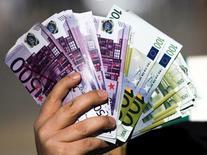Les autorités britanniques et néerlandaises ont saisi plus de six millions d'euros d'actifs, parmi lesquels des voitures de luxe, un bateau et plusieurs villas, et une Britannique de 46 ans a été appréhendée dans le cadre de l'enquête conjointe en cours sur des soupçons de fraude fiscale et de blanchiment d'argent, a annoncé mercredi le parquet financier néerlandais. /Photo d'archives/REUTERS/Yves Herman