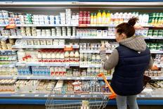 Покупатель в магазине Дикси в Москве 20 октября 2016 года. Тенденция замедления инфляции в РФ до рекордно низких значений продолжилась в марте, что позволит Центробанку сохранить курс на снижение ключевой ставки в дальнейшем, считают экономисты. REUTERS/Maxim Zmeyev