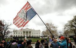 """Des manifestants de la communauté indigène lors d'une manifestation devant la Maison blanche, en mars, contre le projet d'oléoduc souterrain """"Dakota Access"""" (DAPL). BNP Paribas a annoncé mercredi la cession de sa part de 120 millions de dollars (112,6 millions d'euros) dans le projet américain controversé DAPL. /Photo prise le 10 mars 2017/REUTERS/Kevin Lamarque"""