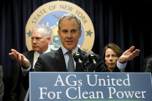 4月5日、トランプ米政権による地球温暖化対策を緩和する動きに対し、ニューヨークなど17の州政府などが訴訟を起こした。写真はニューヨーク州のシュナイダーマン司法長官。2016年3月撮影(2017年 ロイター/Mike Segar)