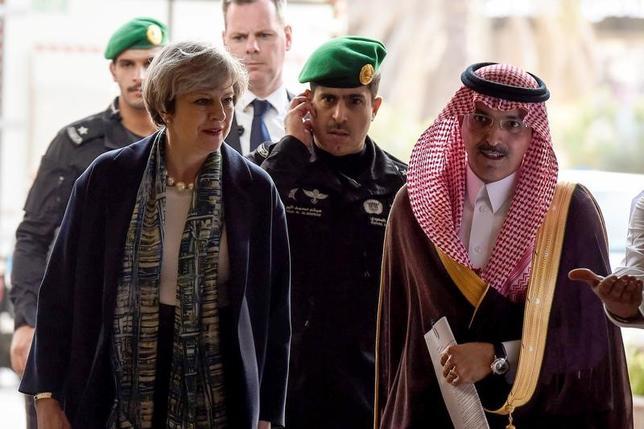 4月5日、英国のメイ首相(写真前左)とロンドン証券取引所(LSE)トップのザビエル・ロレット氏は5日、訪問先のサウジアラビアで、同国の政府系ファンド(SWF)の責任者と会談し、英国への投資を呼び掛けた。写真はリヤドにあるサウジ証券取引所に到着したメイ首相(前列左)を出迎えたモハメッド・アルジャダン・サウジアラビア財務相(前列右)(2017年 ロイター/Fayes Nureldine)