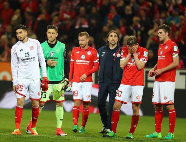 4月5日、サッカーのドイツ1部、武藤嘉紀所属のマインツはホームでライプチヒに2─3で敗れた。写真は落胆するマインツ陣営(2017年 ロイター/KaiPfaffenbach)
