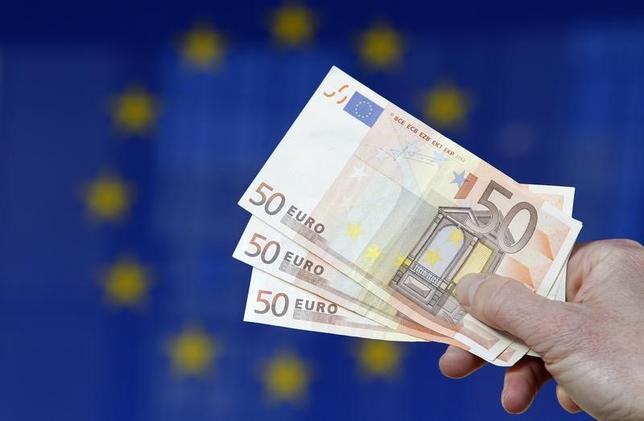 4月5日、欧州の財務相らは今週の会合で、域内銀行の利益や資本を圧迫し、融資を妨げている不良債権問題への対応策を検討する見通しだ。写真はユーロ紙幣。ブリュッセルで2011年11月撮影(2017年 ロイター/Francois Lenoir)