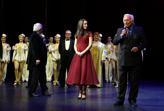 4月5日、英歌手シーナ・イーストンが、「42nd Street(フォーティセカンド・ストリート)」で英ミュージカル界にデビューした。公演初日には、英王室のキャサリン妃(写真中央)や米俳優モーガン・フリーマン、テニスコーチのジュディ・マレーらが観劇に訪れた。代表撮影(2017年 ロイター/Steve Parsons)