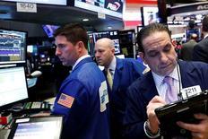 Трейдеры на фондовой бирже в Нью-Йорке. 29 марта 2017 года. Уолл-стрит закрыла торги среды в минусе после того, как Федрезерв просигнализировал, что может изменить политику инвестиций в облигации в текущем году, сведя на нет ралли, вызванное оптимистичными данными о занятости в частном секторе. REUTERS/Brendan McDermid