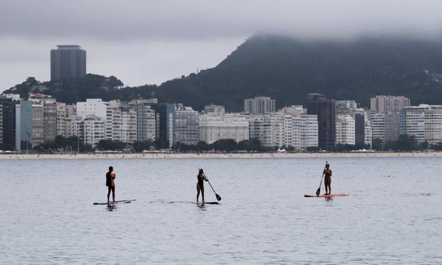 4月5日、近年世界中で急速に人気が高まっているスタンドアップ・パドルボード(SUP)を巡り、サーフィンとカヌーの両協会が、この競技の所属を主張し争っている。写真は2015年10月撮影(2017年 ロイター/Pawel Kopczynski)