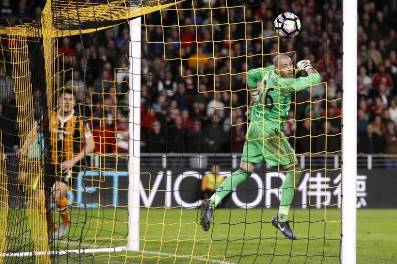 Britain Soccer Football - Hull City v Middlesbrough - Premier League - The Kingston Communications Stadium - 5/4/17 Hull City's Harry Maguire scores their fourth goal as Middlesbrough's Victor Valdes looks on Action Images via Reuters / Carl Recine Livepic