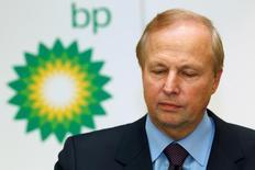 BP a annoncé jeudi avoir réduit de 40% la rémunération de son directeur général Bob Dudley (photo) en 2016, à 11,6 millions de dollars (10,9 millions d'euros), devenant ainsi le dernier grand groupe britannique en date à limiter la paie de ses dirigeants sous la pression d'actionnaires mécontents. /Photo d'archives/REUTERS/Suzanne Plunkett