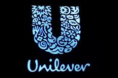 Логотип Unilever на фондовой бирже в Нью-Йорке. 17 февраля 2017 года. Unilever в четверг анонсировала многомиллиардную программу вознаграждения акционеров в рамках пересмотра стратегии, спровоцированного предложением Kraft Heinz о приобретении производителя мыла Dove и супов Knorr. REUTERS/Brendan McDermid