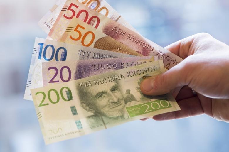 Swedish Krona banknotes are seen in this picture taken September 14, 2015. REUTERS/Fredrik Sandberg/TT News Agency/File Photo
