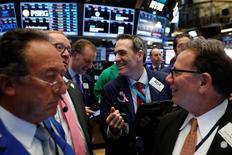 Wall Street a ouvert en légère hausse jeudi, tandis que les Bourses européennes évoluent sans grande tendance, les investisseurs digérant les annonces des grandes banques centrales sur l'évolution future de leur politique monétaire. Quelques minutes après l'ouverture, le Dow Jones gagne soit 0,08% à 20.666,04 points. /Photo prise le 16 mars 2017/REUTERS/Lucas Jackson