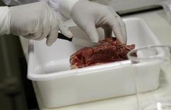 Veterinário analisa carne coletada em supermercado no Rio de Janeiro 20/03/2017 REUTERS/Ricardo Moraes