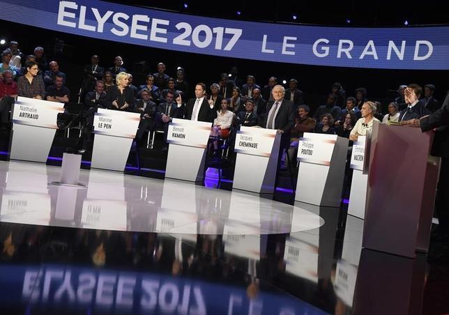 4月5日、フランス大統領選に関する見通しを誤ることを恐れる投資家の間で、世論調査にも賭け業者のオッズにも頼らない「予測コンテストサイト」が新たな手掛かりとして脚光を浴びつつある。写真は大統領候補者によるテレビ討論会。パリ近郊で4日代表撮影(2017年 ロイター)