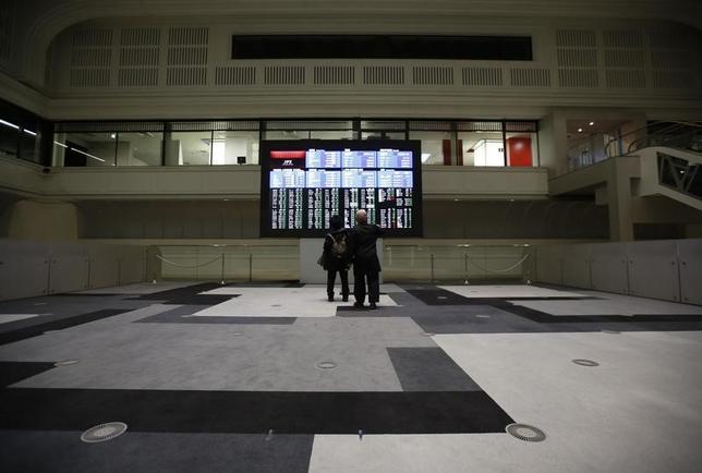 4月7日、寄り付きの東京株式市場で、日経平均株価は前営業日比117円92銭高の1万8714円98銭となり、反発して始まった。東京証券取引所で2016年2月撮影(2017年 ロイター/Issei Kato )