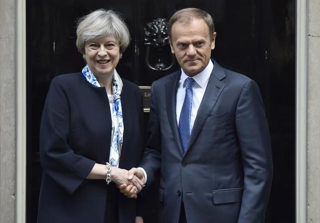 4月6日、メイ英首相(写真左)とトゥスク欧州連合(EU)大統領(写真右)は、英国の離脱交渉について、とりわけイベリア半島南端に位置する英領ジブラルタルの問題などを巡る緊張の緩和を目指すことで合意した。英ロンドンの首相官邸で撮影(2017年 ロイター/Hannah McKay)