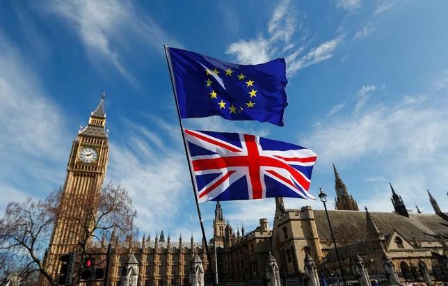 4月6日、ドイツ社会民主党(SPD)の幹部はツイッターで、英国は欧州連合(EU)離脱交渉の完了後に離脱に関する国民投票を再実施すべきとの考えを示した。写真はロンドン国会議事堂ではためく英国旗とEU旗。3月撮影(2017年 ロイター/Peter Nicholls)