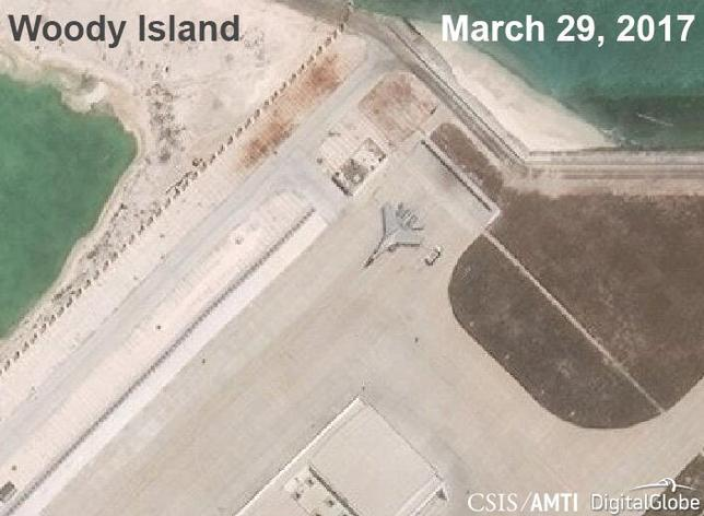 4月6日、米シンクタンクは、中国が実効支配するパラセル(西沙)諸島のウッディー(永興)島で同国の戦闘機が約1年ぶりに確認されたと明らかにした。写真は3月AMTI提供による衛星写真。写っているのは中国のJ─11戦闘機(2017年 ロイター)