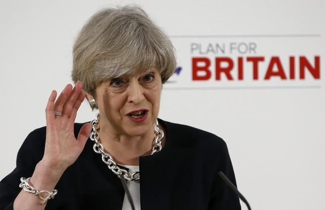4月6日、英国のメイ首相は、来月の地方選挙に向けて中部ノッティンガムで演説し、与党保守党による高い政権運営能力と野党がもたらす「混沌」の選択になると述べて支持を訴えた(2017年 ロイター/Andrew Yates)