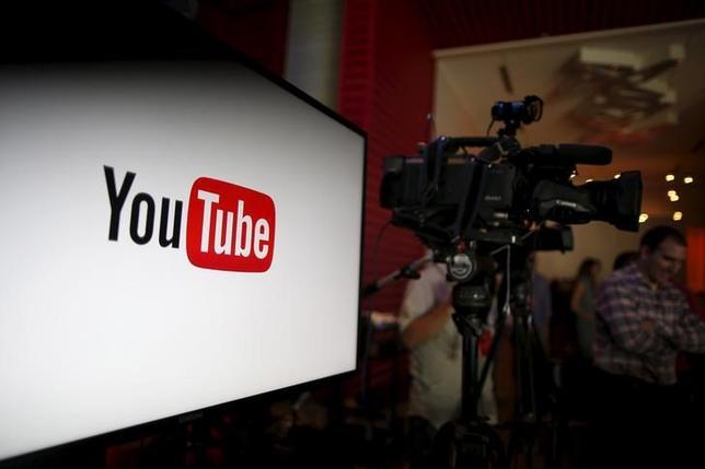 4月6日、米アルファベットのグーグルが運営する動画共有サイトのユーチューブは、インターネット動画への広告の掲載で視聴者1万人という最低基準を設ける方針を明らかにした。写真はユーチューブのロゴ。カリフォルニア州で2015年10月撮影(2017年 ロイター/Lucy Nicholson)