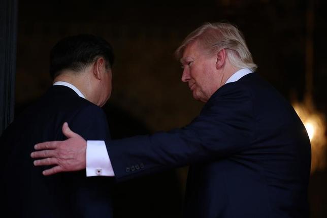 4月7日、トランプ米大統領(写真右)は、習近平国家主席による中国訪問招請を受諾した。新華社が中国政府関係者の話として同日報じた。フロリダ州で6日撮影(2017年 ロイター/Carlos Barria)