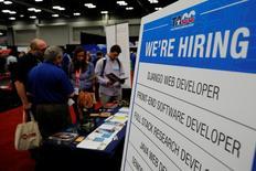 Le nombre d'emplois créés aux Etats-Unis en mars est le plus faible depuis 10 mois mais la baisse du taux de chômage à un plus bas de près de 10 ans montre que le marché du travail reste tendu. /Photo prise le 11 mars 2017/REUTERS/Brian Snyder