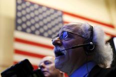 La Bourse de New York a débuté sur une note hésitante vendredi, les chiffres nettement inférieurs aux attentes de l'emploi en mars publiés une heure avant l'ouverture alimentant les doutes sur la conjoncture économique aux Etats-Unis. L'indice Dow Jones, en baisse à l'ouverture, gagne 0,06% à 20.673,31 points. /Photo d'archives/REUTERS/Lucas Jackson