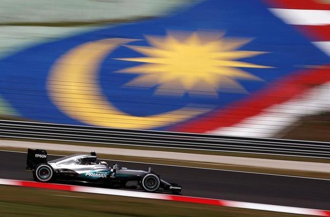 4月7日、自動車レースF1のマレーシアGPについて、マレーシア政府とF1の商業権利の保有者らは、今季限りで終了すると発表した。写真はメルセデスのルイス・ハミルトンのマシン。マレーシアのセパンで2016年9月撮影(2017年 ロイター/Edgar Su)