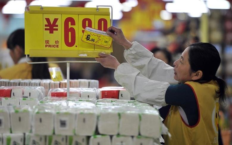 资料图片:2014年1月,合肥一家超市的雇员调整商品价签。REUTERS/Stringer