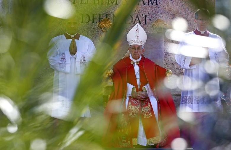 Pope Francis leads the Palm Sunday Mass in Saint Peter's Square at the Vatican April 9, 2017. REUTERS/Tony Gentile