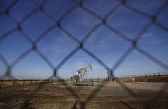 Станок-качалка в Нидерлотербаке 7 мая 2014 года. Цены на нефть немного выросли утром в понедельник: поддержку котировкам оказали высокий спрос и политическая неопределённость в Сирии, но дальнейший подъём рынка сдержал рост буровой активности в США. REUTERS/Vincent Kessler