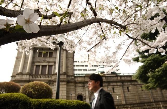 4月10日、日銀が公表した地域経済報告(さくらリポート)では、全9地域のうち北陸が前回の1月調査から景気の総括判断を引き上げた。写真は都内の日銀本店前で2012年4月撮影(2017年 ロイター/Yuriko Nakao)
