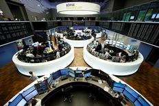 Трейдеры на торгах фондовой биржи во Франкфурте-на-Майне 28 февраля 2017 года. Европейские фондовые индексы торгуются без резких колебаний в понедельник. Поддержку рынкам оказывают горнорудный сектор и акции фармкомпаний, при этом бумаги немецкой Stada обновили рекордный максимум. REUTERS/Staff/Remote