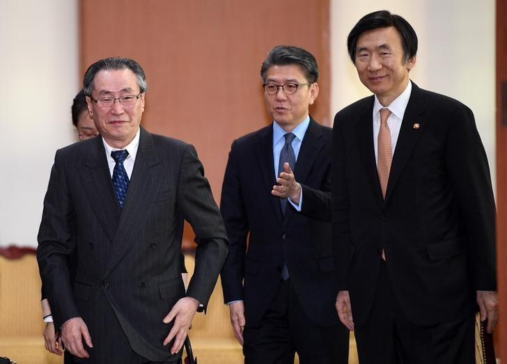 South Korean Foreign Minister Yun Byung-Se (R) walks with Wu Dawei (L), China's Special Representative for Korean Peninsula Affairs, and Kim Hong-Kyun (C), South Korea's representative to the six-party talks, after their meeting in Seoul, South Korea April 10, 2017. REUTERS/JUNG Yeon-Je/Pool