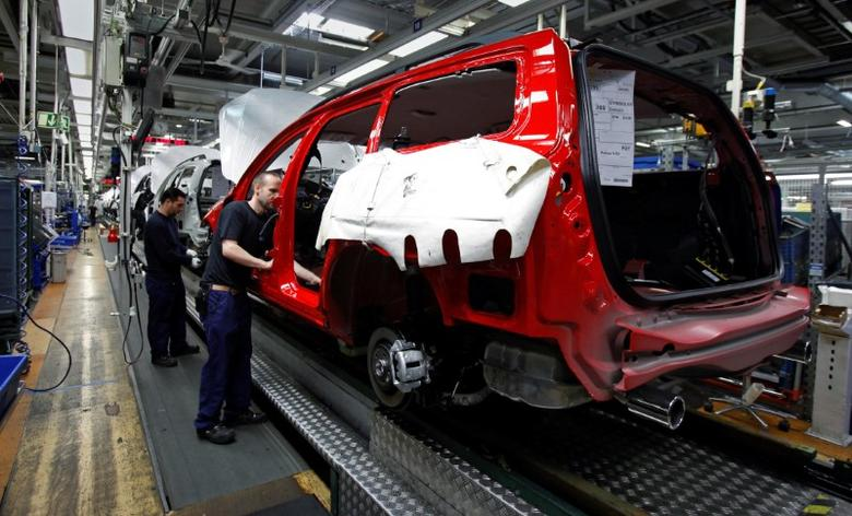 FILE PHOTO: Workers assemble Volvo cars at the main Volvo automobile manufacturing factory in Gothenburg May 20, 2010.     REUTERS/Bob Strong/File Photo