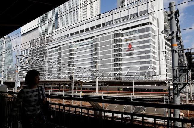 4月10日、日銀の内田真一名古屋支店長は日銀本店で会見し、東海地区における人手不足はさらに厳しくなっているが、経済成長の制約にはなっていない、との認識を示した。名古屋駅、昨年10月撮影(2017年 ロイター/Toru Hanai)