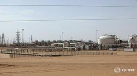 Вид на месторождение Шарара в Ливии 3 декабря 2014 года. Ливия снова приостановила добычу на месторождении Шарара в воскресенье, после того как группа неизвестных заблокировала трубопровод, связывающий месторождение с экспортным терминалом Завия, сообщил Рейтер в понедельник источник в нефтяной отрасли Ливии. REUTERS/Ismail Zitouny