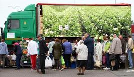 Люди в очереди за овощами в Минске 18 сентября 2016 года. Инфляция в Белоруссии в годовом выражении замедлилась до 6,4 процентов в марте с 7,0 процентов месяцем ранее, сообщил в понедельник Белстат предварительные данные. REUTERS/Vasily Fedosenko