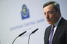La reprise économique se poursuivra dans la zone euro cette année en dépit des incertitudes politiques qui augmentent de par le monde, déclare Mario Draghi (photo), le président de la Banque centrale européenne, dans le rapport annuel de l'institution publié lundi. /Photo prise le 4 avril 2017/REUTERS/Kai Pfaffenbach