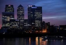 Vue de Canary Wharf, un quartier d'affaires à Londres. Un groupe de conseil proche des banques britanniques a prôné lundi la mise en place d'un nouveau système permettant au Royaume-Uni et à l'Union européenne de reconnaître chacun la réglementation bancaire de l'autre après le Brexit afin de ne pas perturber les marchés. /Photo d'archives/REUTERS/Toby Melville