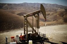 Le développement du pétrole de schiste a transformé à tel point le secteur de l'énergie, américain et mondial, qu'il a bouleversé les dynamiques traditionnelles de l'offre et complique la tâche des prévisionnistes. /Photo d'archives/REUTERS/Lucy Nicholson