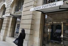 LVMH a vu sa croissance organique progresser de 13% au premier trimestre, un chiffre nettement plus élevé que prévu, dans un environnement devenu plus porteur pour le luxe. Les ventes du numéro un mondial du secteur, propriétaire de 70 marques, ont progressé de 15% à 9,884 milliards d'euros. /Photo prise le 3 mars 2017/REUTERS/Régis Duvignau
