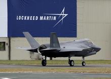 Le Pentagone et Lockheed Martin pourraient convenir d'une baisse d'au moins 5% du prix de l'avion de combat furtif F-35 lors de leur prochaine renégociation annuelle, ont rapporté des sources proches des discussions. /Photo d'archives/REUTERS/Peter Nicholls