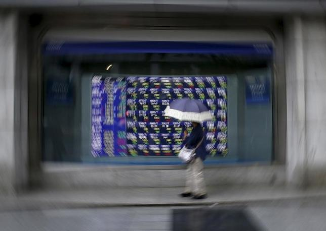 4月11日、前場の東京株式市場で、日経平均株価は前営業日比89円39銭安の1万8708円49銭となり、3日ぶりに反落した。写真は都内にある証券会社の株価ボード。2015年9月撮影(2017年 ロイター/Issei Kato)