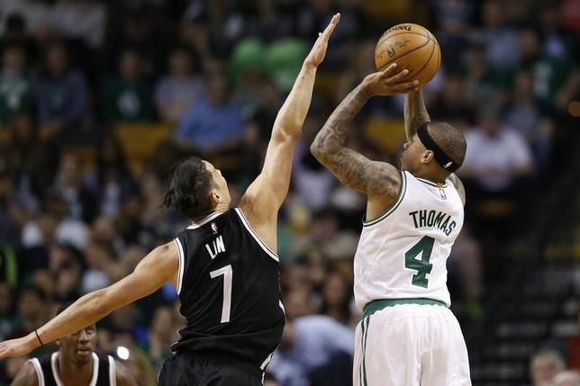 4月10日、NBAのセルティックスはネッツを114─105で下した。アイザイア・トーマス(右)が27得点(2017年 ロイター/Greg M. Cooper-USA TODAY Sports)