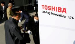 Toshiba souhaite publier mardi des résultats financiers dont la publication a été repoussée par deux fois, sans l'aval de ses commissaires aux comptes, rapporte une source proche du dossier, une décision qui augmenterait son risque d'être radié de la Bourse de Tokyo. /Photo prise le 30 mars 2017/REUTERS/Toru Hanai
