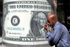 Мужчина проходит мимо пункта обмена валюты в Каире 13 октября 2016 года. Доллар снизился во время азиатских торгов во вторник из-за опасений о политической напряжённости вокруг Северной Кореи и Сирии, которые отразились на доходности американских гособлигаций и оказались сильнее ожиданий подъёма ставок ФРС США. REUTERS/Mohamed Abd El Ghany