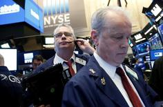 Трейдеры на торгах Нью-Йоркской фондовой биржи 4 апреля 2017 года. Фондовые индексы США завершили волатильную сессию понедельника небольшим подъёмом, так как рост энергетического сектора компенсировал потери финансовых компаний в преддверии сезона корпоративной отчётности позднее на этой неделе. REUTERS/Brendan McDermid