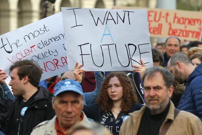 4月11日、ハンガリーのアーデル大統領は10日、同国出身の米著名投資家ジョージ・ソロス氏が共同創設した「中央ヨーロッパ大学(CEU)」を閉鎖に追い込む可能性のある教育関連改正法案に署名した。写真は抗議する人々。ブダペストで9日撮影(2017年 ロイター/Laszlo Balogh)