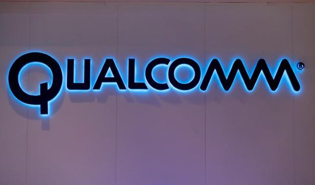 4月10日、米通信用半導体大手クアルコムは、米アップルが今年1月に米国で起こした訴訟に関し、アップル側がクアルコムとの契約を破り、世界中で虚偽の申し立てを行っていると反論した。写真はクアルコムのロゴ、2月バルセロナで撮影(2017年 ロイター/Eric Gaillard)